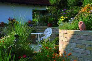Romantisch geschwungene Gartenmauer aus Bi Muro (Birkenmeier) in Holzhausen-March. Gartenplanung Helmut Lamprecht