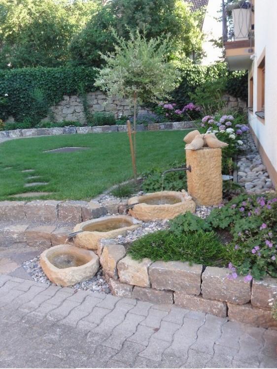 """Wasserspiel """"Drei Tauben"""" in einem Landhausgarten in Schallstadt-Mengen. Gartenplaner Helmut Lamprecht"""