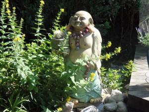 Buddha-Statue als Stilleben im Garten