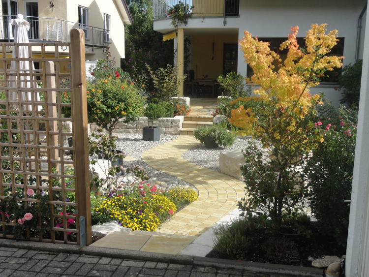 Einblick in den kleinen Reihenhaus-Garten in Kirchzarten. Gartenplanung Helmut Lamprecht