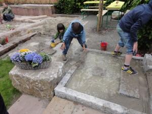 Das Wasserspiel aus Granitstelen im neuen Kindergarten Birkennest, Freiburg. Gartenplanung Helmut Lamprecht