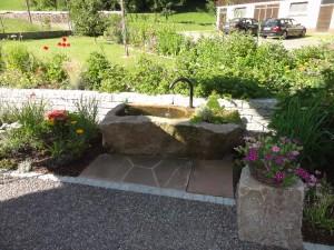 Gartenplanung im Landhausstil für den Eingang des Gästehauses Adler, Buchenbach.