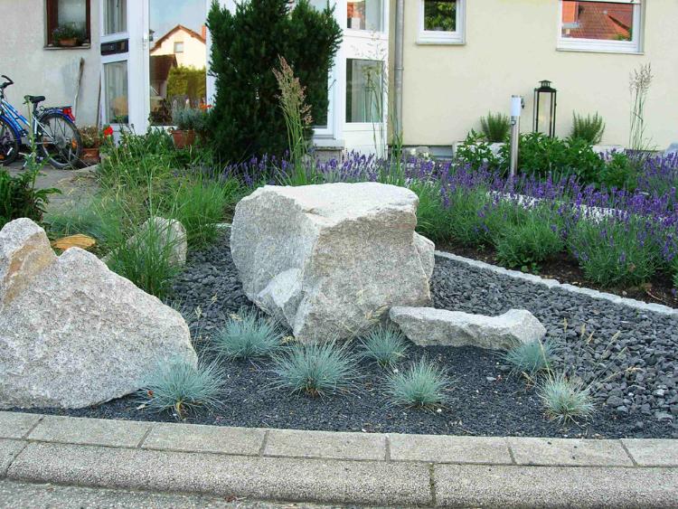 Ausgesuchte, formwilde graue Granitsteine in Verbindung  mit Basaltschotter. Gartenplanung Helmut Lamprecht