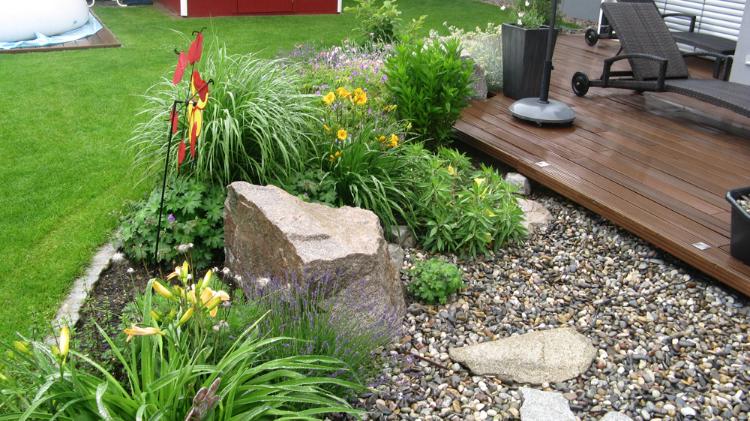 Kiesfläche mit Holzdeck. Gartenplaner Helmut Lamprecht