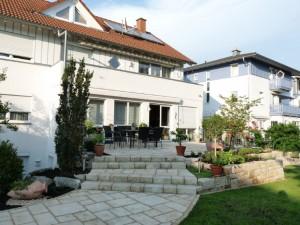 Großzügig angelegte Stufentreppe aus Bradstone Stufen von Kann. Gartenumgestaltung in Heitersheim, Helmut Lamprecht, Gartenplaner