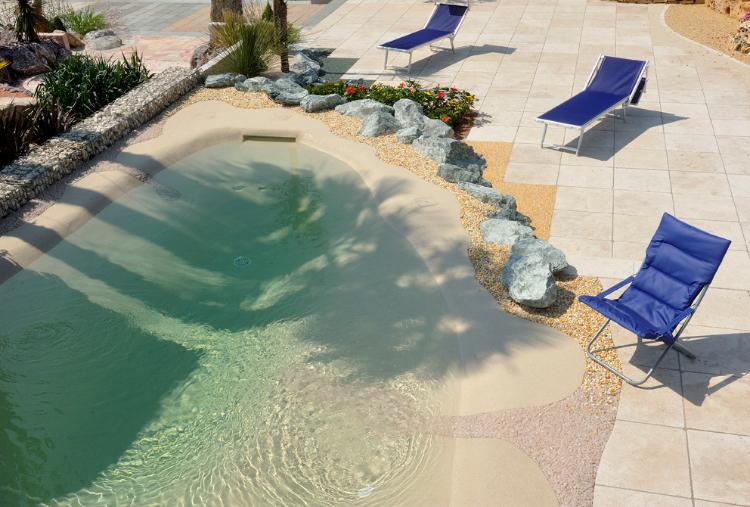 Mediterraner Garten, excellent geplant und umgesetzt mit Wasserbecken und viel Naturstein. Gartenausstellung VON GRANULATI ZANDOBBIO, Italien