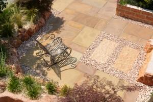Indischer Sandstein, Sitzplatz. Gartenausstellung VON GRANULATI ZANDOBBIO, Italien
