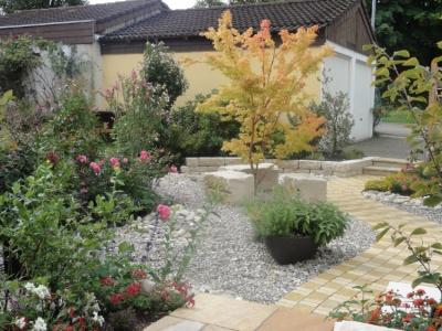 Gartengestaltung mit Ideen. Eyecatcher und Raumgestaltung spannend arrangiert.