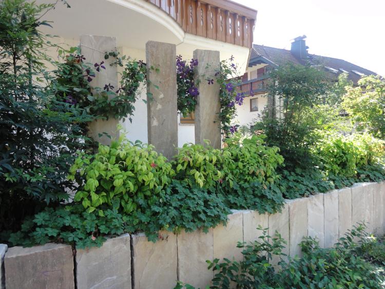 Sichtschutz aus Sandstein-Stelen in einem Hausgarten im Glottertal