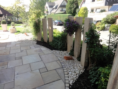 Frühstücksterrasse mit Sichtschutz in einem Hausgarten im Glottertal. Gartenplaner Helmut Lamprecht