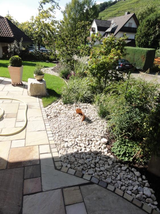 Schotterbeet an Terrasse in einem Hausgarten im Glottertal