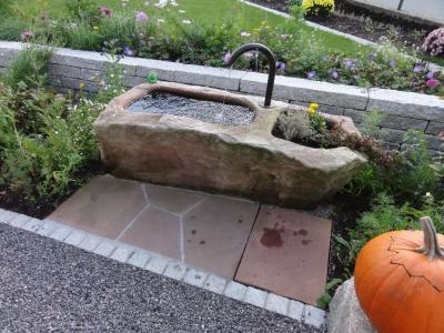 Wasserbrunnen aus Sandstein, Gästhaus Adler in Buchenbach, Gartenplanung Helmut Lamprecht