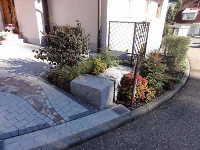 Granit- Sitzsteine malerisch mit Stauden und Gräsern eingerahmt.  Gartenstilleben