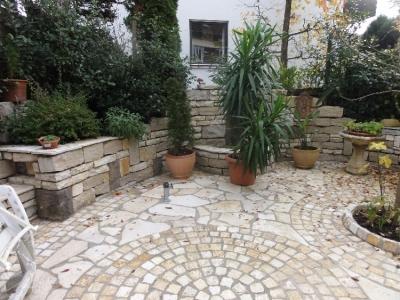 Gartenstimmung: Sitzen im Grünen. Kleiner Platz mit Kalksteinen, verarbeitet zu  Mauern, Pflaster und Platten. Hausgarten in Gundelfingen. Gartenplanung Helmut Lamprecht