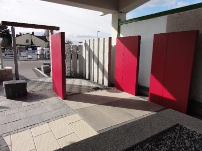 Ausstellungsgarten RBC Ihringen, Sichtschutzstelen aus Granit und Beton, Natursteinplatten