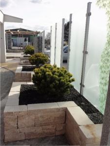 Ausstellungsgarten RBC Ihringen, Hochbeete und Sichtschutz aus Glasscheiben