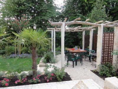 Gartenpergola aus Holz und Natursteinstelen. Gartengestaltung für Gnieser. Helmut Lamprecht - Gartenplanung