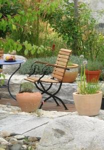 Gartenidee mit geschickt gestaltetem Senk-Garten, Sitzplatz und Gartenoase