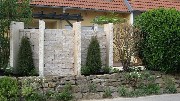 Gartengestaltung mit Sichtschutz aus Natursteinmauern und Stelen. Kleiner Garten in Vörstetten. Gartenplaner Helmut Lamprecht