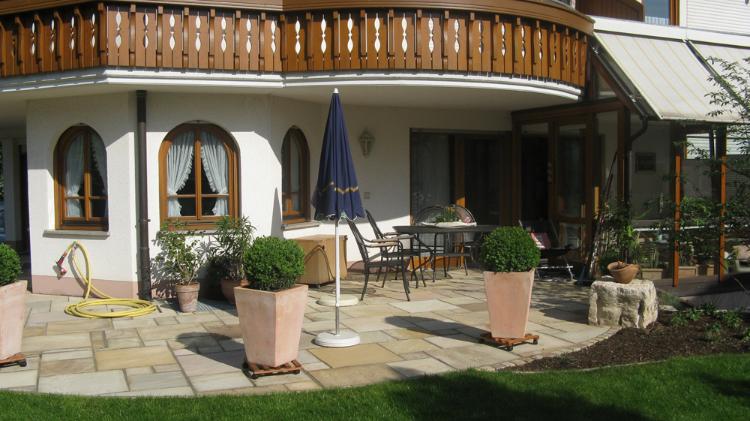 Sonnige Gartenterrasse im Hausgarten, Gartenumgestaltung im Glottertal von Helmut Lamprecht, Gartenplaner